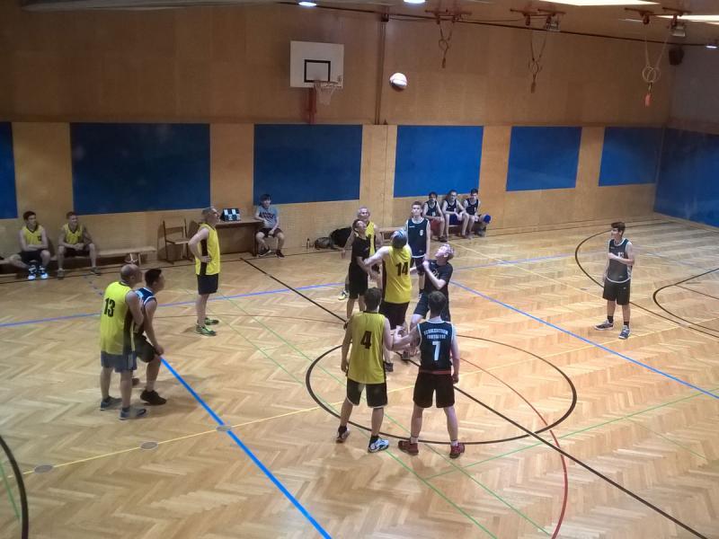 Lehrer gegen Schüler beim Basketball